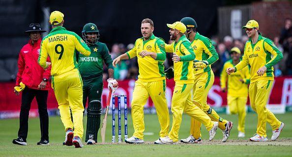 ऑस्ट्रेलियाई टीम विकेट लेने के बाद खुशी मनाते हुए