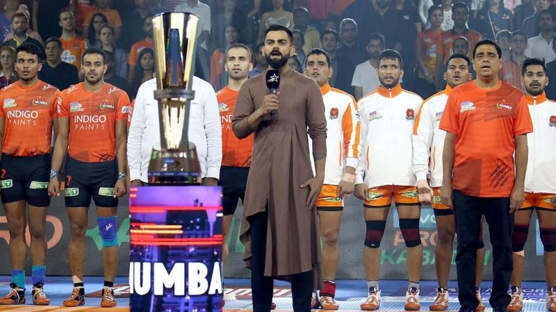 प्रो कबड्डी लीग के दौरान राष्ट्रगान गाते विराट कोहली और सभी खिलाड़ी