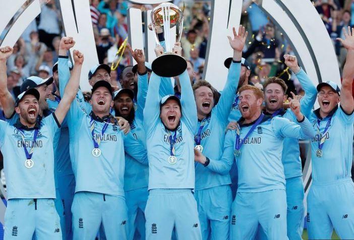 2019 की विश्वकप ट्रॉफी के साथ जश्न मनाती इंग्लैंड की टीम।