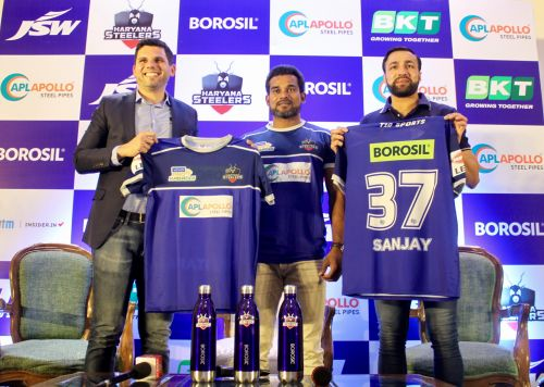 (L_R) Mr Mustafa Ghouse-CEO, JSW Sports, Dharmaraj Cheralathan-Captain, Haryana Steelers, Rakesh Kumar-Head Coach, Haryana Steelers