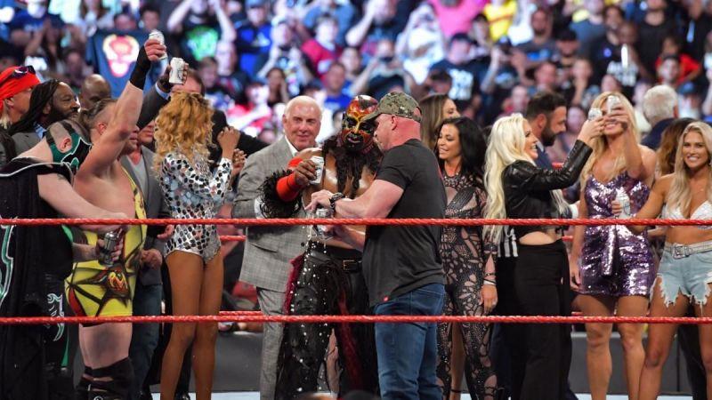रॉ रीयूनियन के दौरान WWE लैजेंड्स