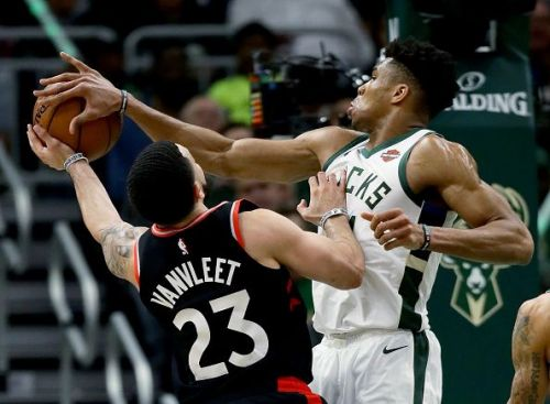 Giannis Antetokounmpo blocks Fred VanVleet