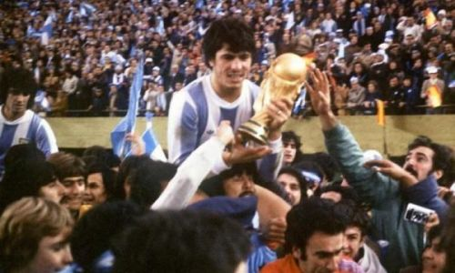 Daniel Passarella with the 1978 FIFA World Cup trophy