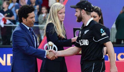 वर्ल्ड कप फाइनल मैच के बाद प्रजेंटेशन सेरेमनी के दौरान सचिन तेंदुलकर और केन विलियमसन