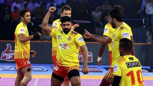 Can the defensive unit of Gujarat tame the Bulls' raiders?