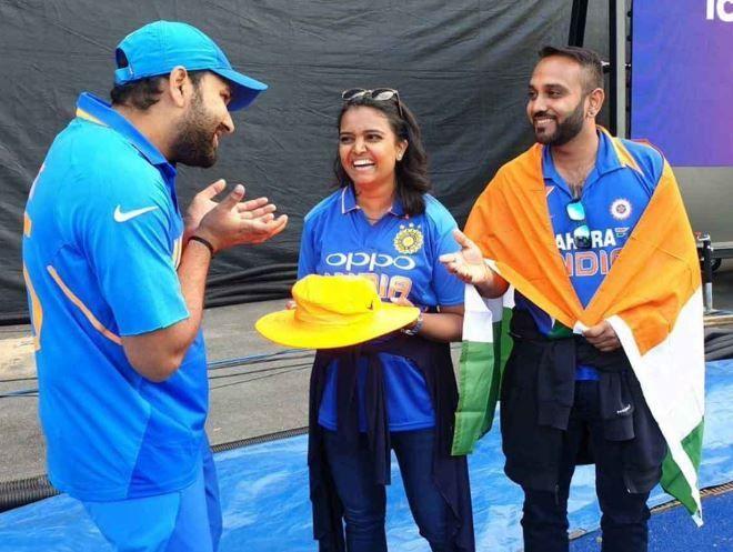 चोटिल होने वाली मीना को रोहित शर्मा ने मुलाकात के दौरान कैच पकड़ने के टिप्स भी दिए।