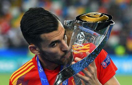 Dani Ceballos with the Euro u-21 trophy