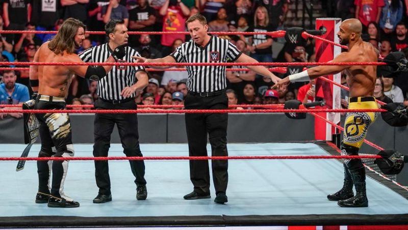 WWE रेफरियों से बहस करते हुए एजे स्टाइल्स