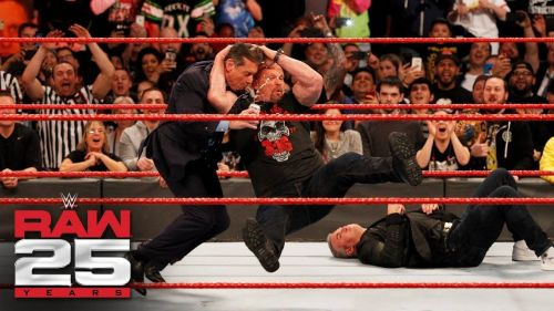 रॉ की 25वीं सालगिरह के मौके पर WWE चेयरमैन विंस मैकमैहन को स्टनर मारते हुए स्टोन कोल्ड