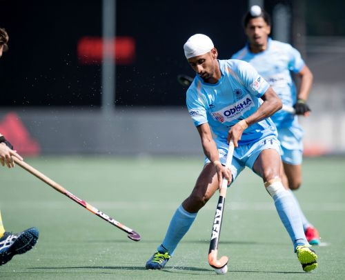 Mandeep Singh vies for the ball