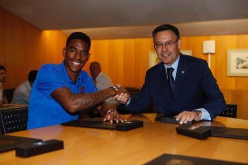 Josep Bartomeu with Barcelona's latest signing Junior Firpo