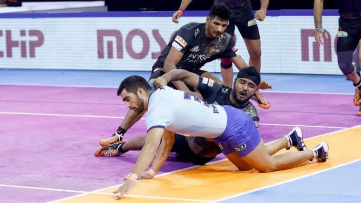 The Chennai leg did not end well for the Tamil Thalaivas Saurabh Nandal (Holding the ankles of the raider)