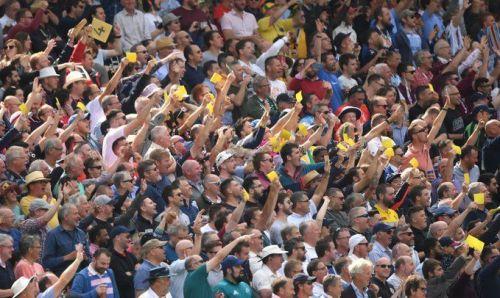 वॉर्नर के आउट होने के बाद सैंडपेपर दिखाते इंग्लैंड के फैंस