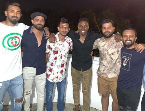 ड्वेन ब्रावो के साथ भारतीय टीम के खिलाड़ी