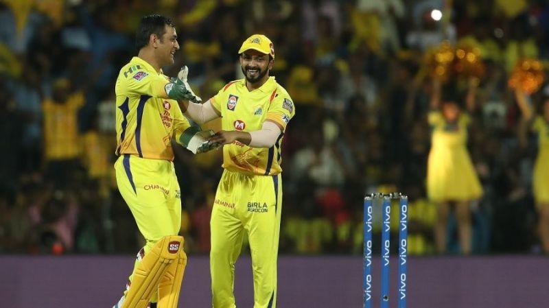 एक आईपीएल मैच के दौरान महेंद्र सिंह धोनी और केदार जाधव