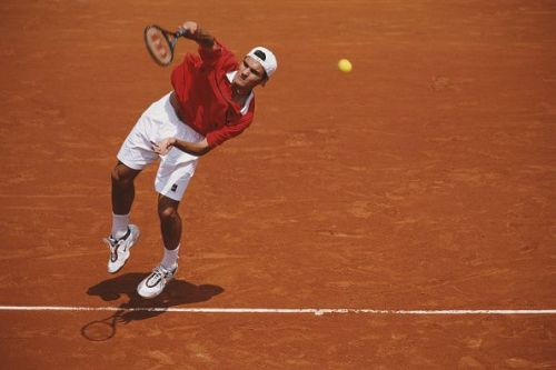 Federer makes his Grand Slam debut at the 1999 French Open, losing to Rafter in the first round
