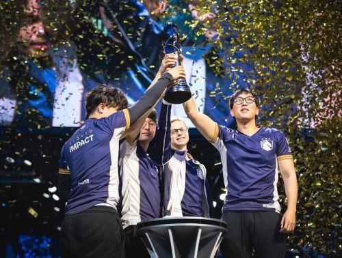 Team Liquid rising their LCS Summer Split 2019 trophy. (Image:Twitter)