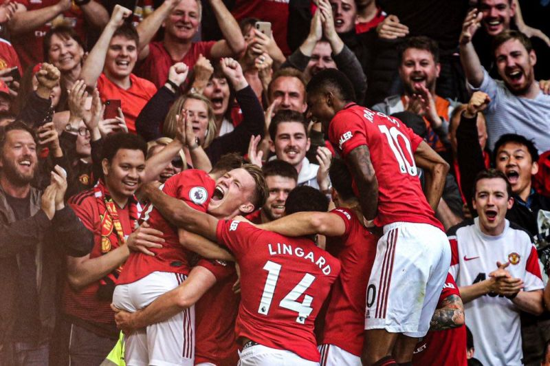 McTominay and the other teammates celebrate with the young James