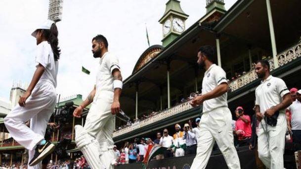वेस्टइंडीज के खिलाफ तीसरे दिन काली पट्टी बांधकर उतरी टीम इंडिया