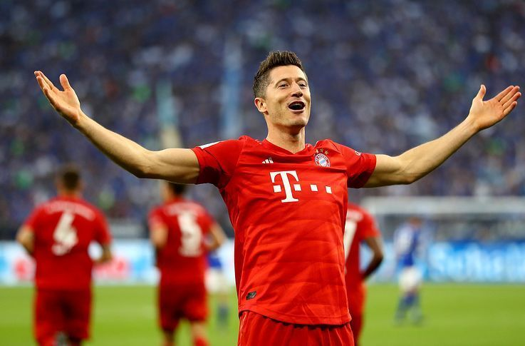 Lewandowski celebrates his hat-trick at Schalke