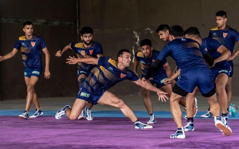 दबंग दिल्ली की टीम अभ्यास करते हुए