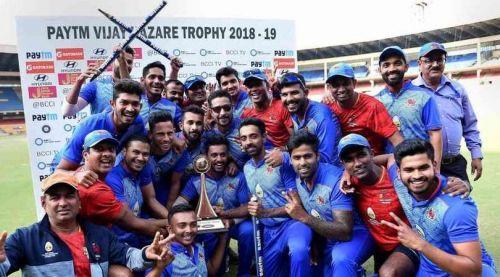 मुंबई की टीम ट्रॉफी के साथ