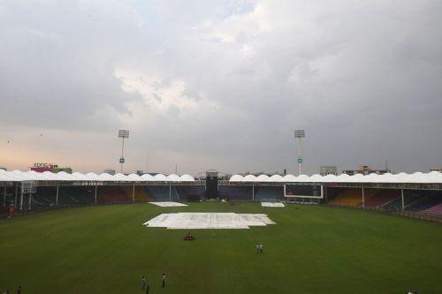 कराची के नेशनल स्टेडियम में होने वाला पहला मैच बारिश के कारण रद्द हो गया