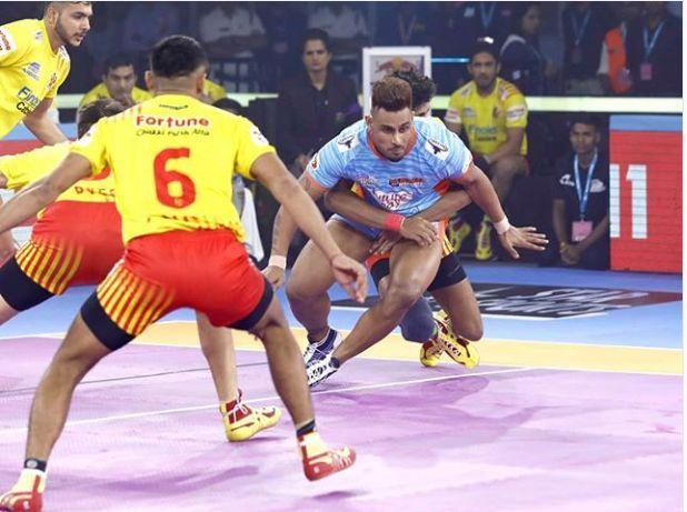 गुजरात फॉर्च्यूनजायंट्स के खिलाफ रेड करते हुए बंगाल वॉरियर्स के कप्तान मनिंदर सिंह