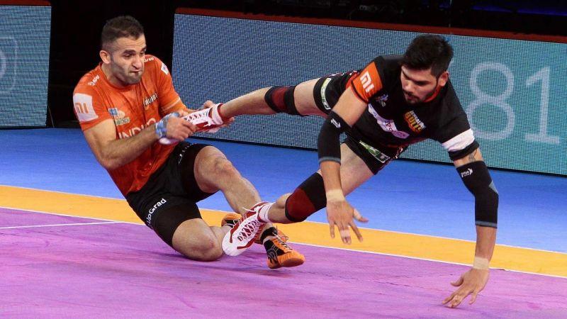 Fazel Atrachali is seen making an ankle hold on Rohit Kumar