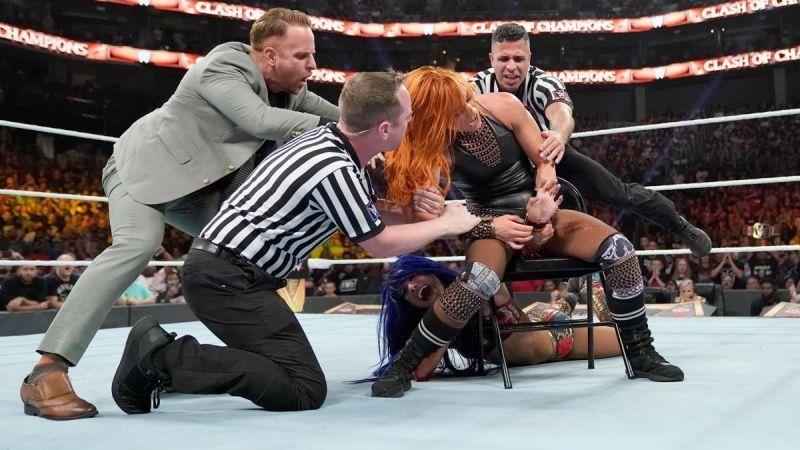 बैकी लिंच और साशा बैंक्स का मैच काफी हिंसक था