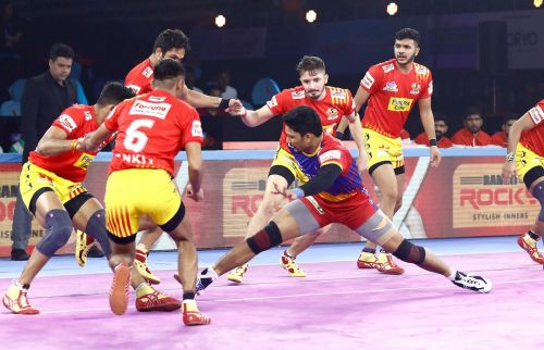 Rishank Devadiga raiding against Gujarat Fortunegiants