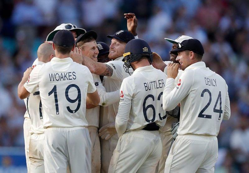 इंग्लैंड टीम ओवल टेस्ट जीत का जश्न मनाती हुई