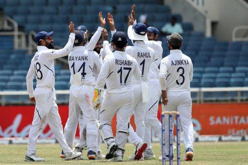 विकेट का जश्न मनाती भारतीय टीम