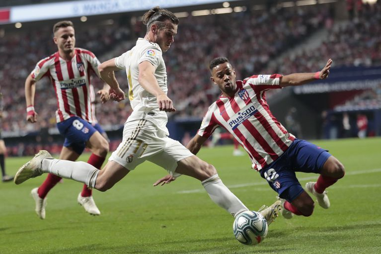 Gareth Bale is flanked by two Atléticoplayers at the Wanda Metropolitano
