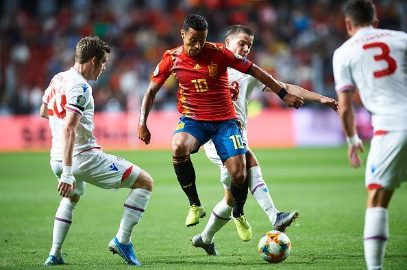 Operating in tight spaces, Thiago was able to find his team-mates with quick and accurate passes
