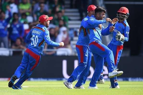 अफगानिस्तान टीम के खिलाड़ियों के साथ कप्तान राशिद खान