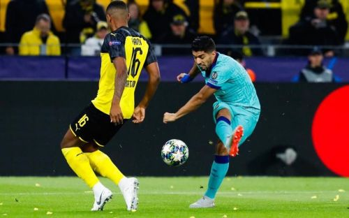 Luis Suarez takes a shot during Barcelona vs Borussia Dortmund