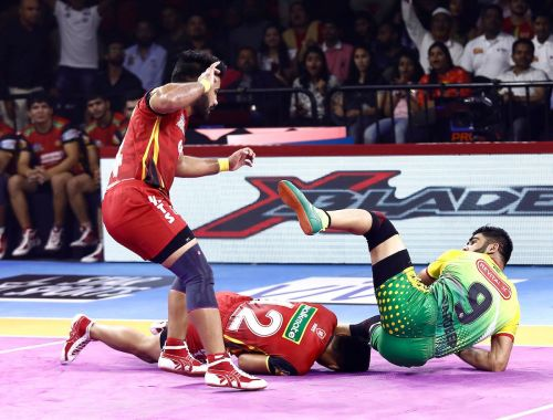 बेंगलुरु बुल्स के खिलाफ रेड करते हुए परदीप नरवाल