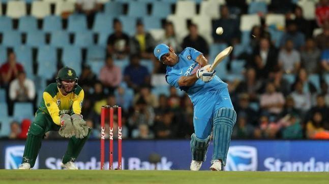 बल्लेबाज़ी करते हुए महेंद्र सिंह धोनी