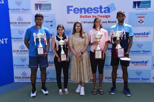 Sania Mirza (c) felicitates the winners Niki K Poonacha (r) & Sowjanya Bavisett (2nd from right) and runners-up Aryan Goveas (l) & Ankit Bhambri (2nd from left)