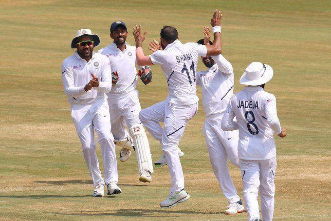 विकेट लेने के बाद जश्न मनाती भारतीय टीम