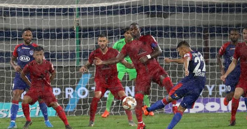 NorthEast United defended with resilience, not allowing Bengaluru a free run. PC: ISL