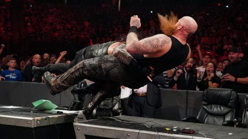 एरिक रोवन को स्पीयर मारते हुए रोमन रेंस
