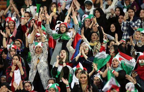 ईरान में 40 साल के बाद स्टेडियम में नजर आई महिलाएं
