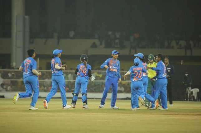 भारतीय गेंदबाजों का जबरदस्त प्रदर्शन (फोटो: ट्विटर)