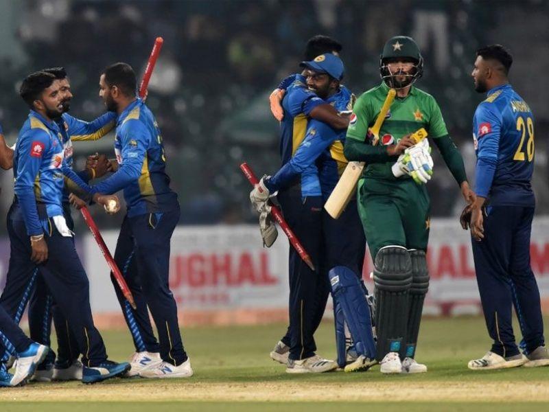 मैच जीतने के बाद जश्न मनाती श्रीलंकाई टीम