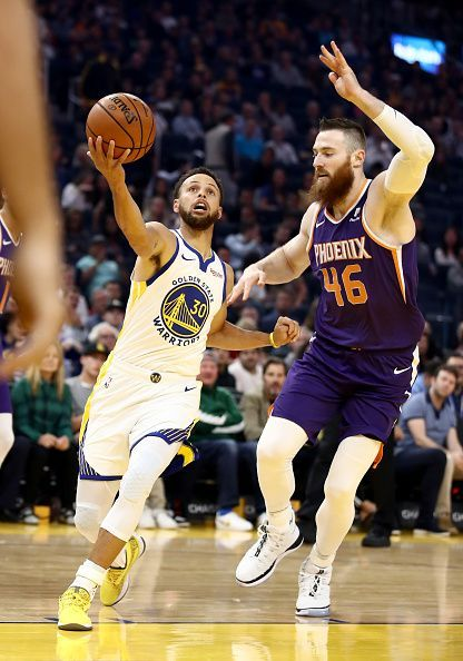 Steph Curry (L) and Aron Baynes