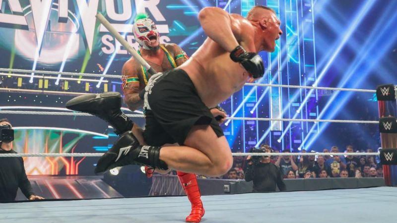 ब्रॉक लैसनर को पाइप से मारते हुए रे मिस्टीरियो