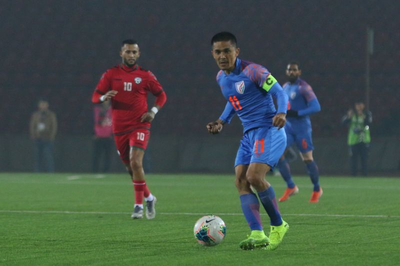Sunil Chhetri dropping deep and playing a pass (Photo: AIFF)