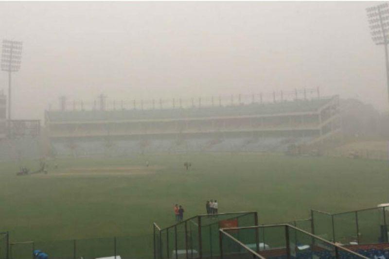 स्टेडियम में इस वक्त काफी धुंध है
